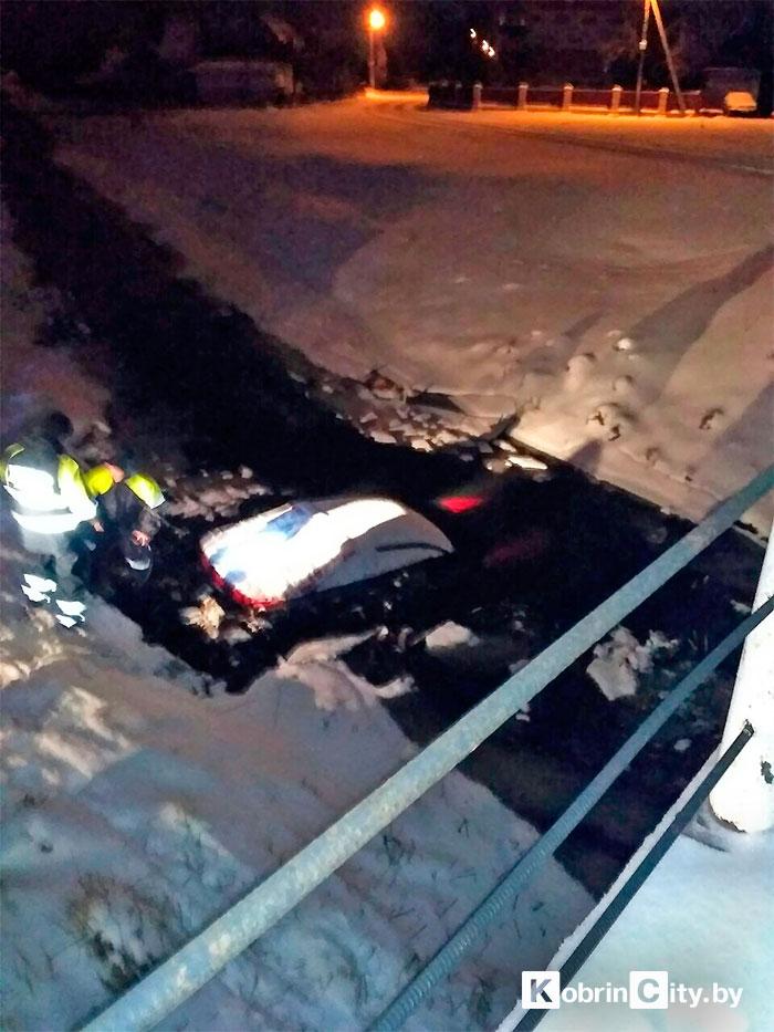 В Кобрине Nissan заехал в канал: ранее водитель трижды привлекался за пьяную езду