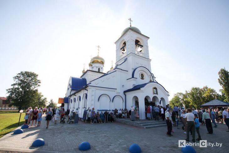 http://www.kobrincity.by/images/thumbnails/images/Novosti_Anton/cerkov/new_hram_voenny_gorodok/osvjaschenie_28_avg_2019/hram_voengorodok_21-fill-730x487.jpg