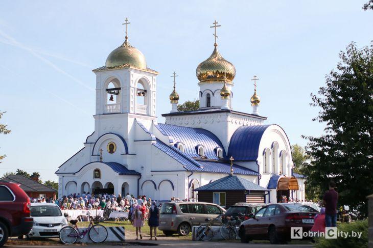http://www.kobrincity.by/images/thumbnails/images/Novosti_Anton/cerkov/new_hram_voenny_gorodok/osvjaschenie_28_avg_2019/hram_voengorodok_36-fill-730x487.jpg