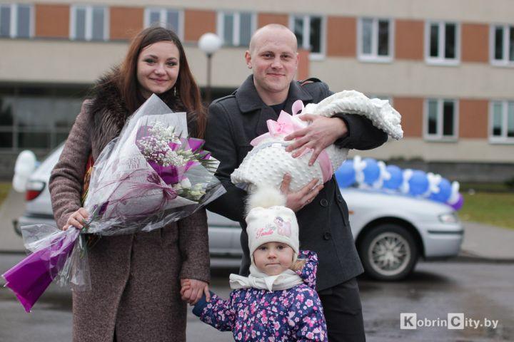 В Кобрине капитан погранзаставы с оркестром встречал из роддома супругу с ребенком