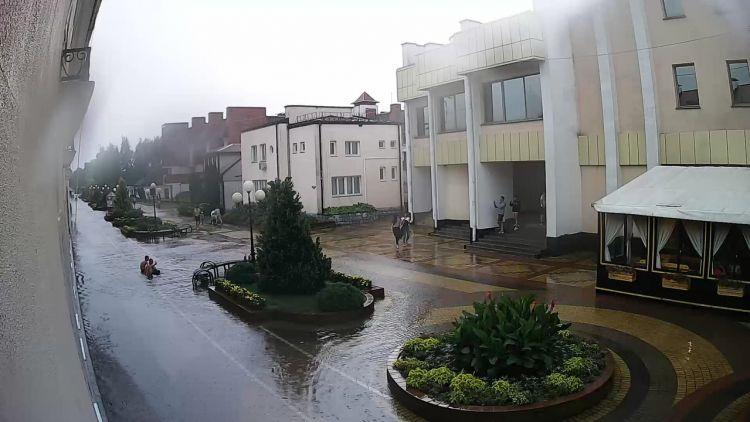 В Кобрине сильный ливень подтопил улицы, на трассах попадали деревья